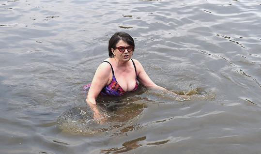 Ponořit do ledové vody se rozhodně nebála.