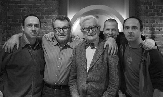 Společné foto všech tří synů Věry Křesadlové - Matěj, vedle něj Miloš Forman, profesor F. Dvořák, vzadu Radim a Petr.