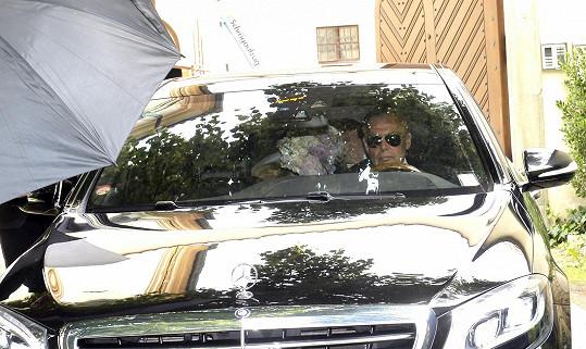 Novomanželé Ondřej a Taťána při polibku na zadní sedačce auta