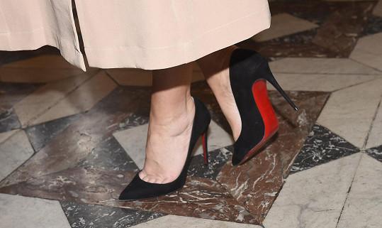 Ve střevíčcích na vysokých podpatcích se kvůli otékajícím nohám necítila zrovna komfortně.
