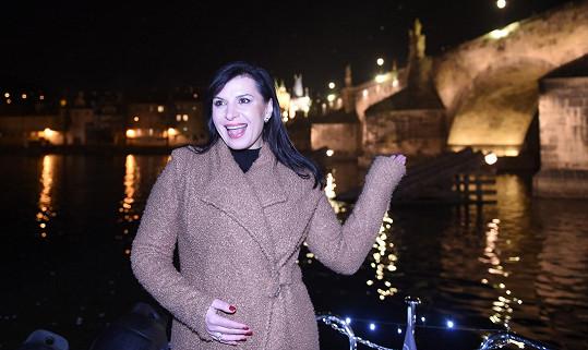 Loď jezdila přímo pod Karlovým mostem.