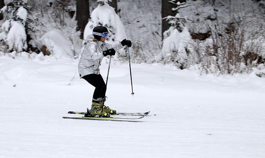 Na lyžích si před čtyřmi lety způsobila hodně nepříjemné zranění...