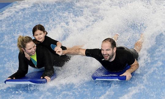 Jan Maxián s dcerou a instruktorkou na surfech