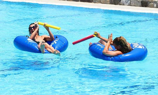 V hotelovém bazénu řádila s kolegyní Yvettou Blanarovičovou v rámci vodní války Ordinace vs. Ulice.
