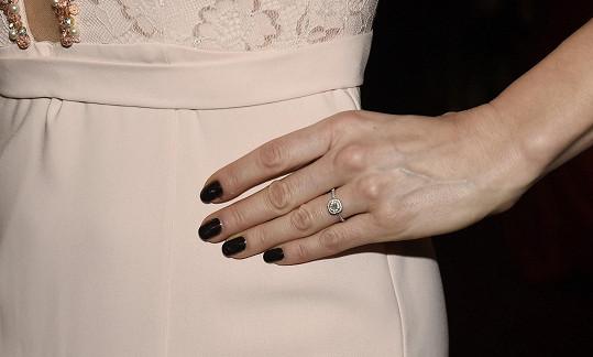 Ten jí daroval tento zásnubní prsten.