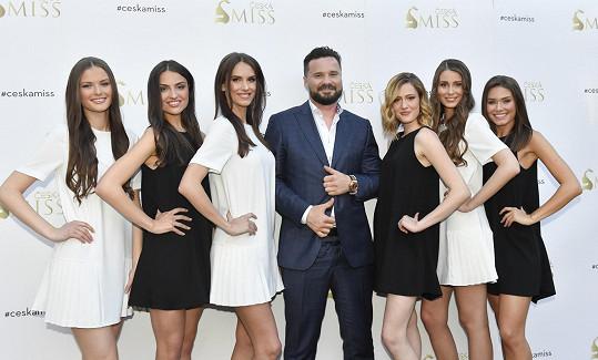 Viktor Hájíček s finalistkami České Miss 2019