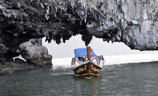 Děvčata proplouvají tunel pod ostrovem Ko Hong.