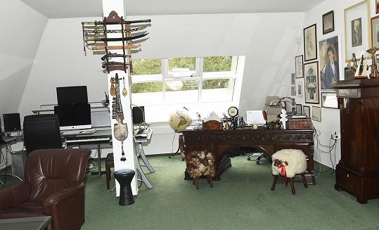 U pracovního stolu najdete i židličky ve tvaru oveček.