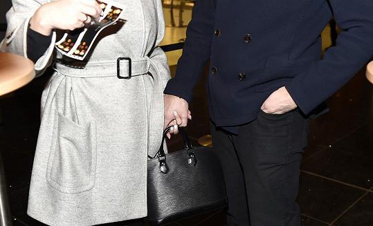 Pod kabátem se jí klenulo bříško.