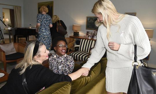 Andrea se zdraví s Terezou Černochovou a Tonyou Graves.