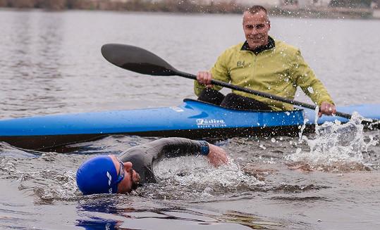 Zaplaval si ve Vltavě, která měla tři stupně.