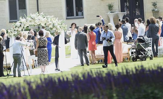 Svatba probíhala na zahradě zámku Mcely.