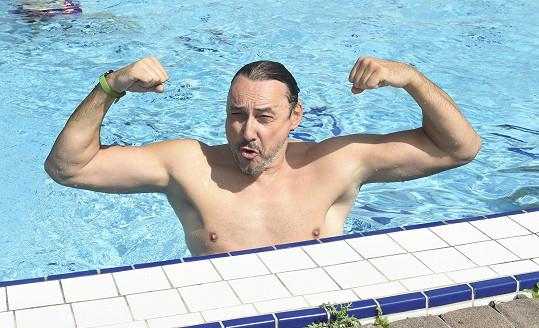 V bazénu nám předvedl svaly.