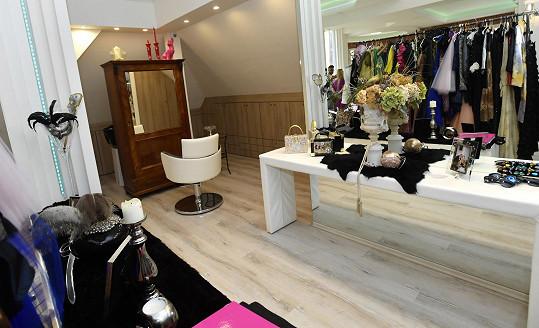 Vedle pracovny nechybí ani menší kadeřnický salón, kde vytváří Guy klientům s řídnoucím porostem nové vlasy.