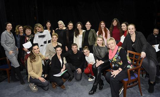 Řehořová se svými kolegy z muzikálu Kvítek mandragory.