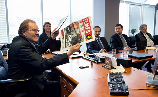 Po nástupu nové reportérky je do funkce zástupce šéfredaktora zvolen ambiciózní Roman Weis (Václav Jiráček). Jeho touha po úspěchu je silná a cesta k němu může vést, obrazně řečeno, i přes mrtvoly.