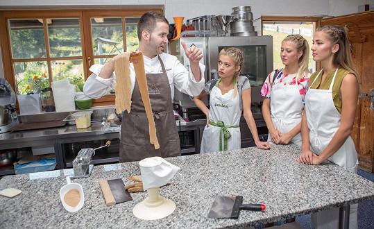 Kotková sice nesmí konzumovat řadu potravin, během vaření u kuchařského mistra Markuse Holzera si ale z použitých surovin mohla dopřát vše.