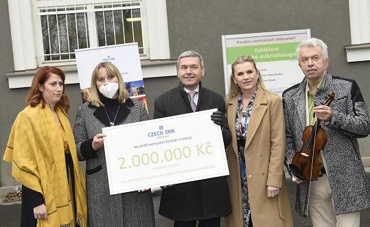 Jaroslav Svěcený předával voucher zdravotníkům.