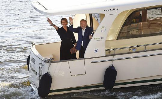 Karla Gotta s manželkou Ivanou přivezla na výstavu loď.