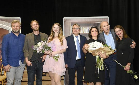 Celá herecká parta při děkovačce v Divadle Lucie Bílé
