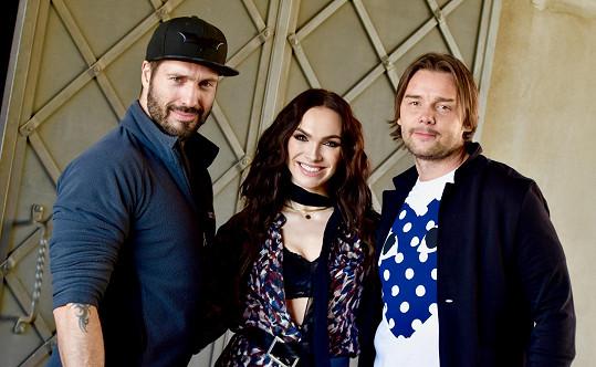 Kamila s režisérem Vaškem Noidem Bártou a Markem Jankulovským, který s ní v klipu hrál.