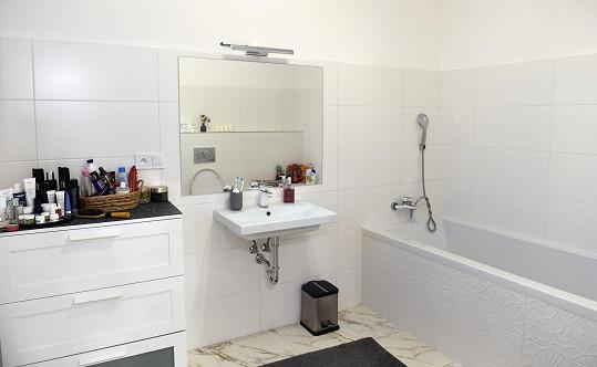 V koupelně dávají pánové přednost vaně před sprchovým koutem. Ten je ovšem v hostinské koupelně.