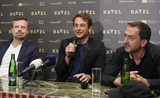 Na tiskové konferenci s režisérem Slávkem Horákem a Martinem Hofmannem, jenž tvárnil herce Pavla Landovského.