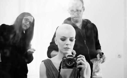 Kerestešová si v klipu zahrála a fotila i snímky ze zákulisí. Projevila tak obě své profese herečky a fotografky.