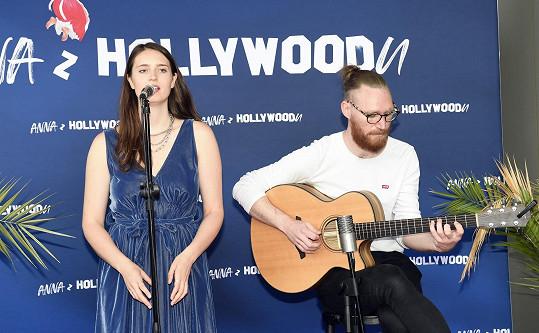 Z anglického Leedsu si přivezla dva muzikanty. Na křtu knihy Anna z Hollywoodu vystupovala jen s kytaristou.