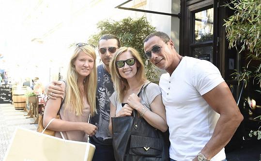 Fabian se svým doprovodem a českým párem. Dívce Lara předala jako dárek zbrusu novou kabelku.