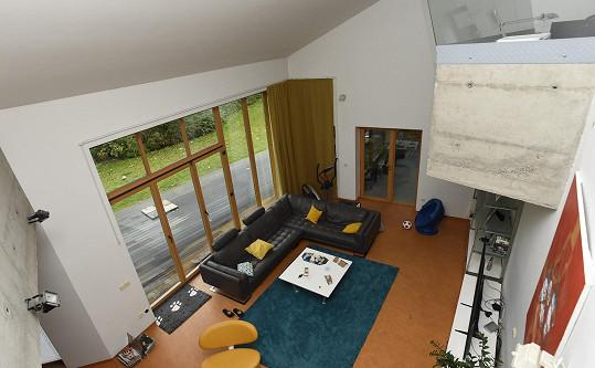 Obývák s velkými okny z pohledu z výšky.