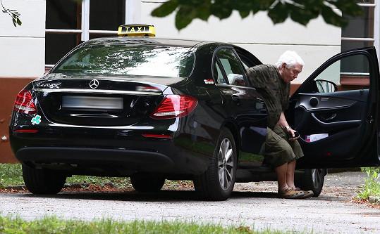 Jirka pro Hanku dnes odpoledne příjel taxíkem a odvezl si ji domů.