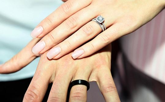 Ukázali nám své odlišné snubní prstýnky.