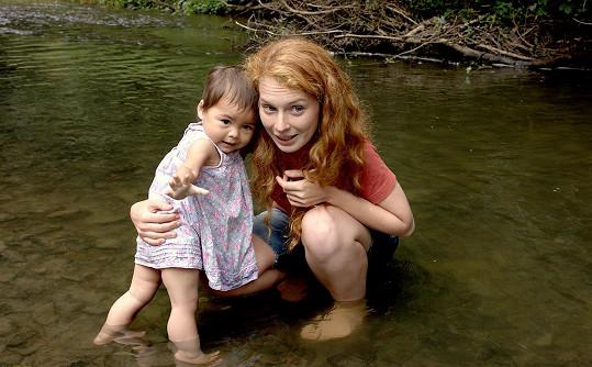 Ve filmu hraje s vlastní dcerou Emmou.