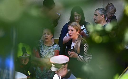 Anna Polívková se ihned vydala za maminkou Evelynou Steimarovou, kterou evakuovali z domu, kde došlo k výbuchu. Venku na ni čekala spolu se Soňou Kodetovou.