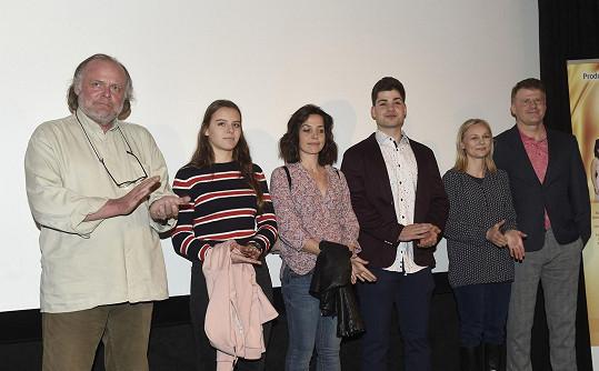 Andrea Elsnerová (druhá zprava) v novém seriálu Čechovi ztvárnila manželku jednoho ze synů bohatého rodu.