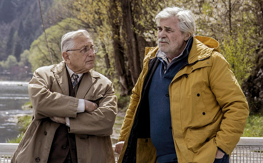 Hlavní role ve filmu Tlumočník ztvárnil Jiří Menzel spolu s Peterem Simonischekem.