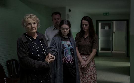 V šestém díle seriálu Ochránce si zahraje babičku utopeného žáka Jaroslavu Marešovou.