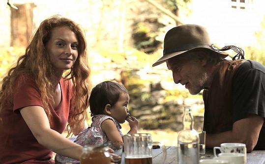 Vůbec poprvé se před kamerou objevila i její dcerka, přestože byla herečku zprvu proti.