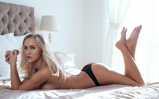 Vítězka reality show Hotel Paradise ráda dává na odiv silikonové poprsí.