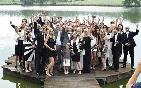 Hromadné foto všech svatebčanů. Všimněte si, že Leoš je už Monice nablízku.