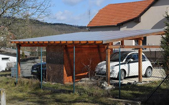 U domu stále stojí dvě auta. Zdeptaná Vojtková je stále pod dohledem někoho z rodiny či kamarádů.