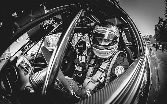 Filip v kokpitu závodního vozu.