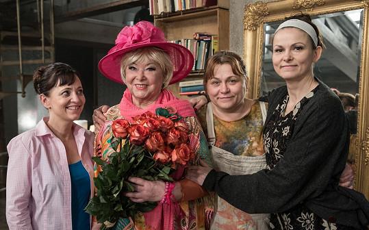 Pak se proměnila v elegantní dámu milující život. S hlavními představitelkami Alenou Mihulovou, Pavlou Tomicovou a Klárou Melíškovou.