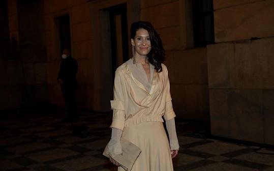 Barbora Seidlová nominovaná za vedlejší roli ve filmu Havel oblékla šaty návrhářky Kláry Holanové tvořící pod značkou Eiri.