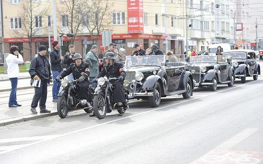 Kolona vozů včetně vozidla s filmovým Adolfem Hitlerem