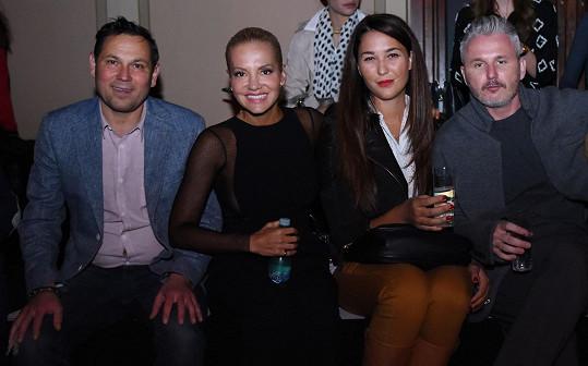 Zpěvačka byla s kamarádkou Zuzanou Poláčkovou usazena vedle kolegy Pavla Vítka a ředitele módního týdne Lukáše Loskota.