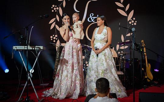 Na svatbě zazpívala i Monika Bagárová se sestrou Natálií.