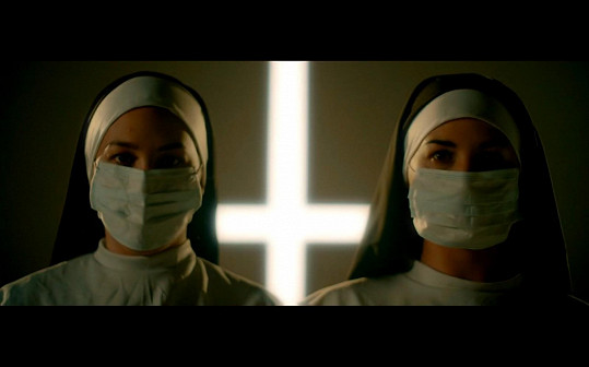 Zpěvák před pár dny vydal klip Far. Jeptišky v něm představují náboženství, které může být i extremismem, roušky zase uzavřenost a odtažitost.