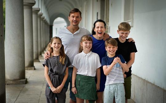 Rodiče čtyř sourozenců hrají Tomáš Měcháček a Petra Bučková.